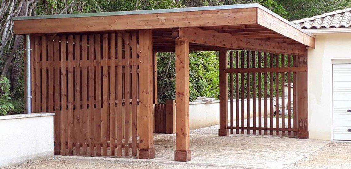 Carport en bois moderne avec toit plat et fermeture