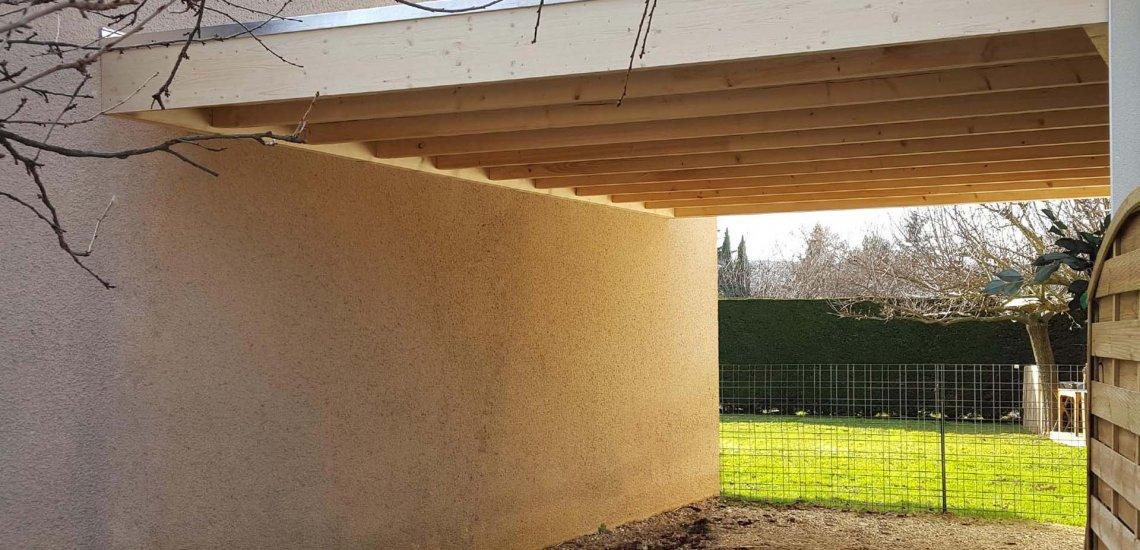 Garage pour voiture avec toit plat entre murs